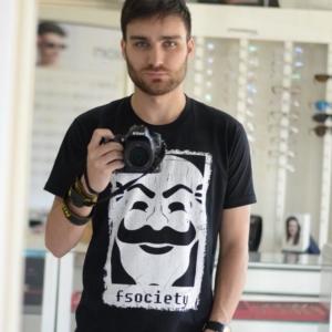 Danton com a camiseta Fsociety