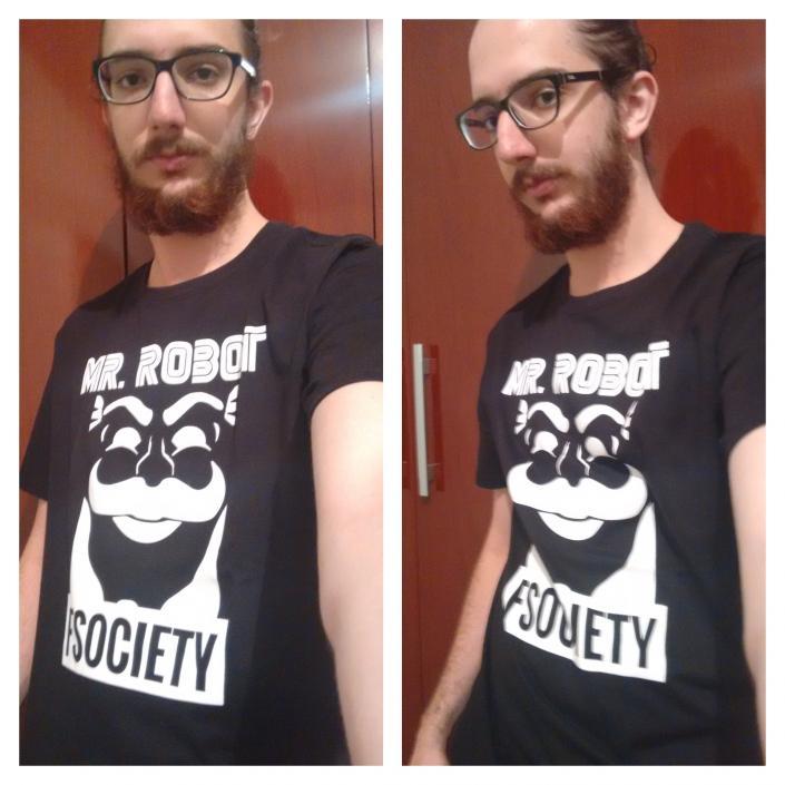 Lucas com a camiseta do Mr. Robot