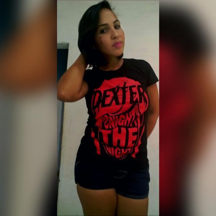 Tatiane Nunes com a camiseta Dexter
