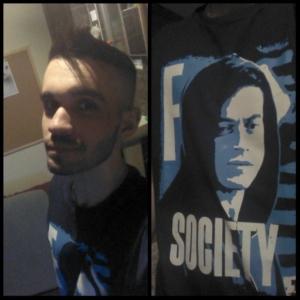 Gabriel com a camiseta do Mr. Robot