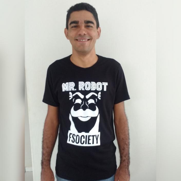 Luciano Ribeiro com a camiseta Mr. Robot