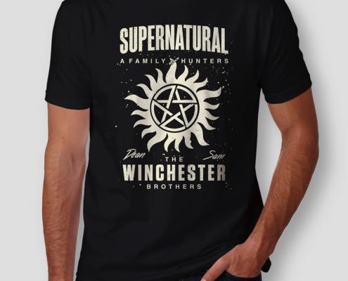 Camiseta Sobrenatural Winchester Brothers Masculina Capa